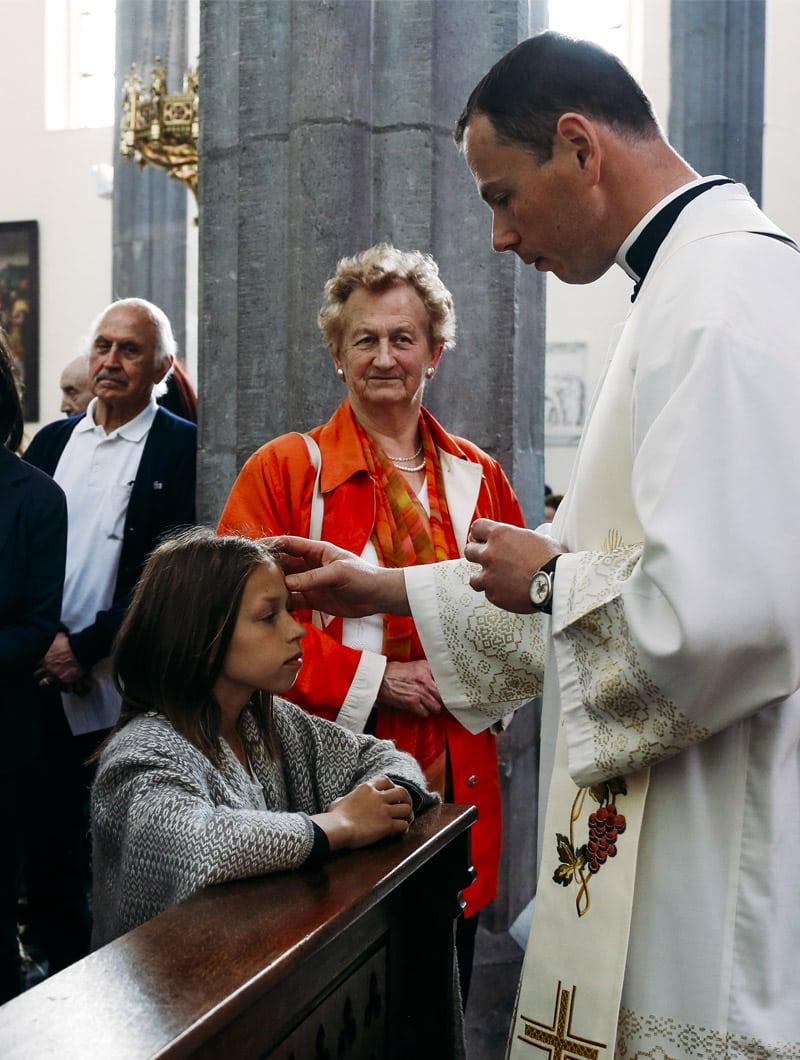 A l'occasion de chaque pèlerinage, les fidèles qui le souhaitent reçoivent l'onction d'huile sur le front : « Que l'Enfant Jésus de Prague vous garde dans la paix ».